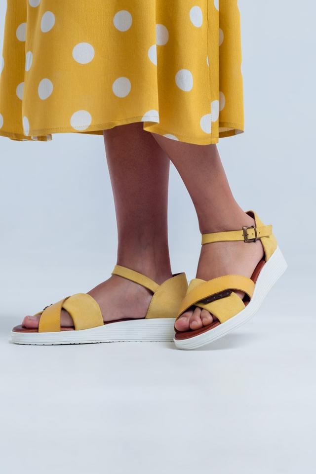 Sandálias ocre de cor com calcanhar fechado