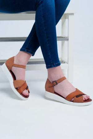 Sandálias camelo de cor com calcanhar fechado