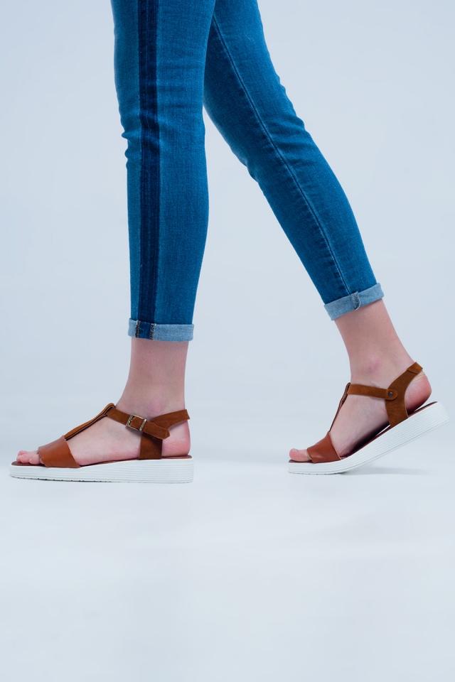 Sandálias baixas com cruzamentos em couro camelo de cor