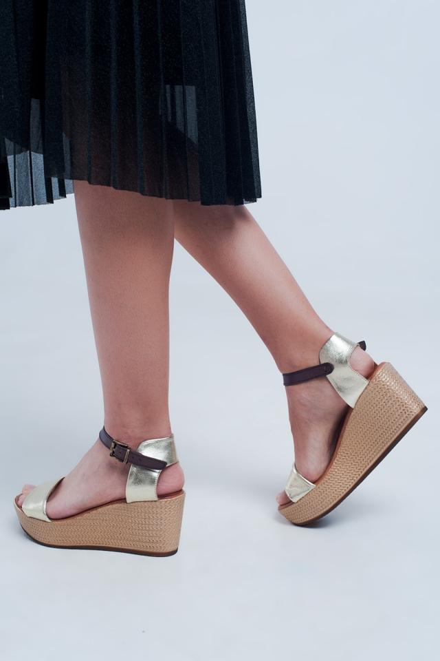Sandálias de cunha em estilo alpargata com faixa ouro