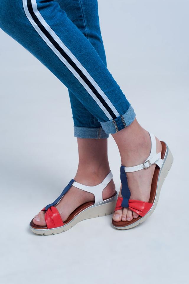 Sandálias de cunha de vermelho e azul