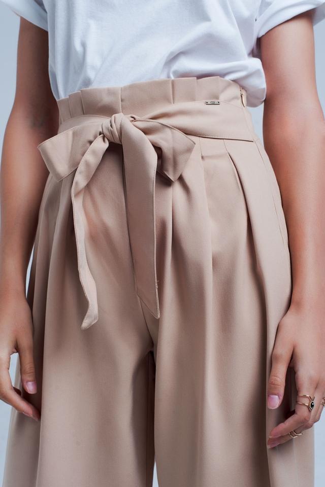 Calças de perna larga bege com detalhe plissado paperbag