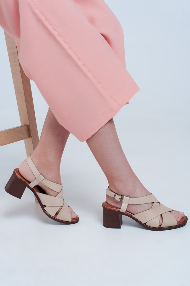 Sandálias de salto quadrado com tiras cruzadas em bege