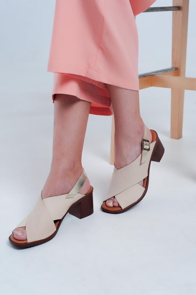 Sandálias de salto alto bege com tiras cruzadas