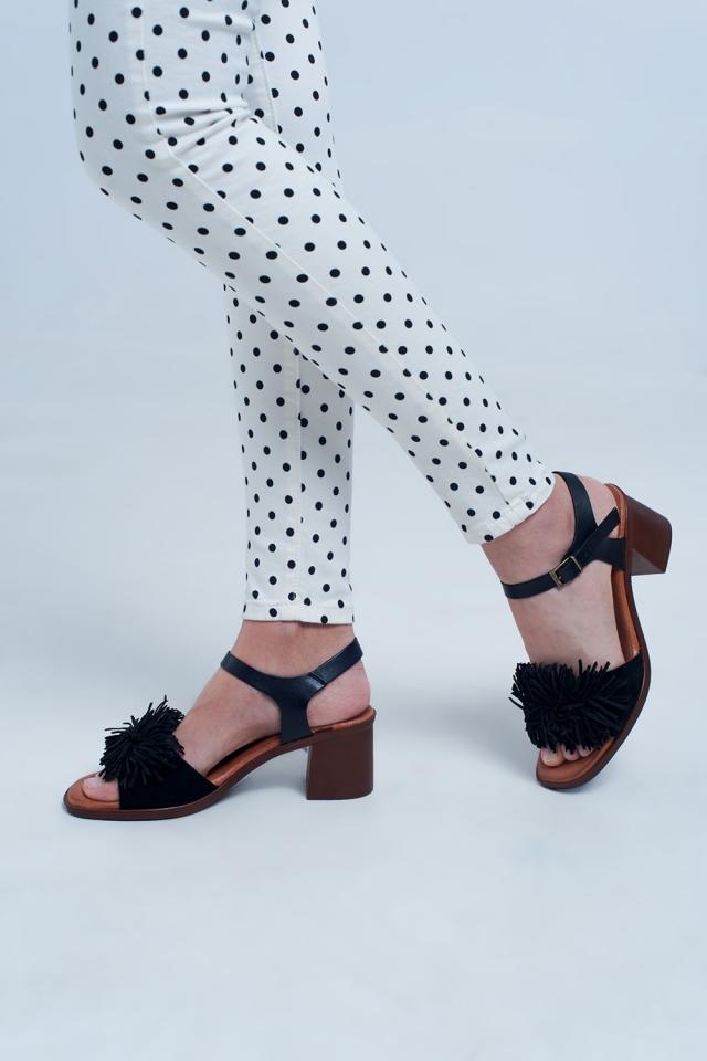 Sandálias de salto alto com babados em preto