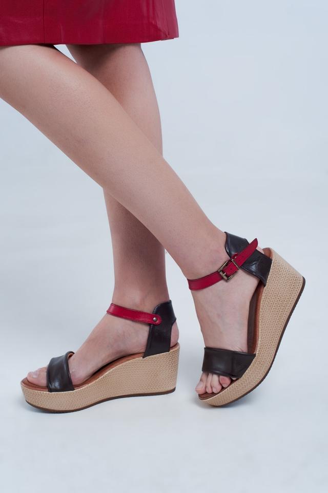 Sandálias de cunha em estilo alpargata com faixa marrom