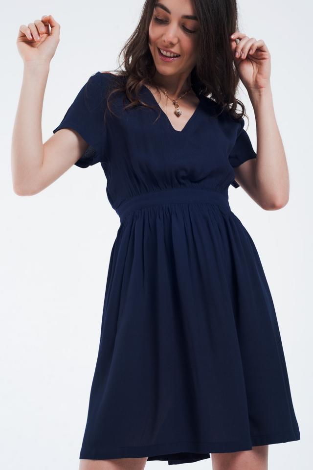 Mini vestido azul marinho com vôo e detalhe nos ombros