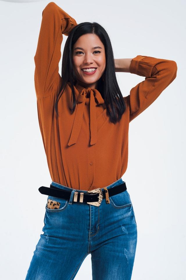 Camisa de botão com detalhe de renda em laranja