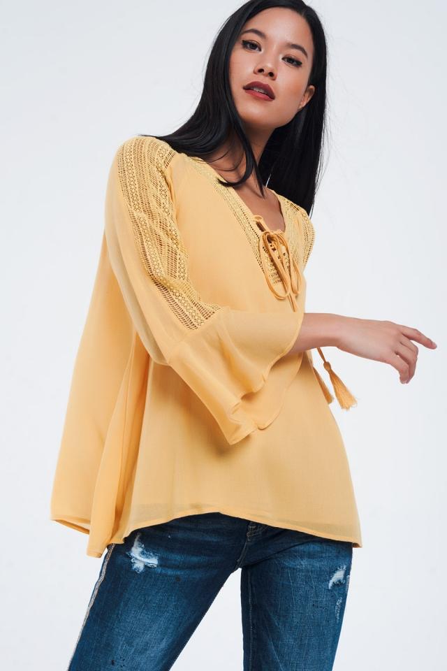 Camisa mostarda com detalhes em crochet