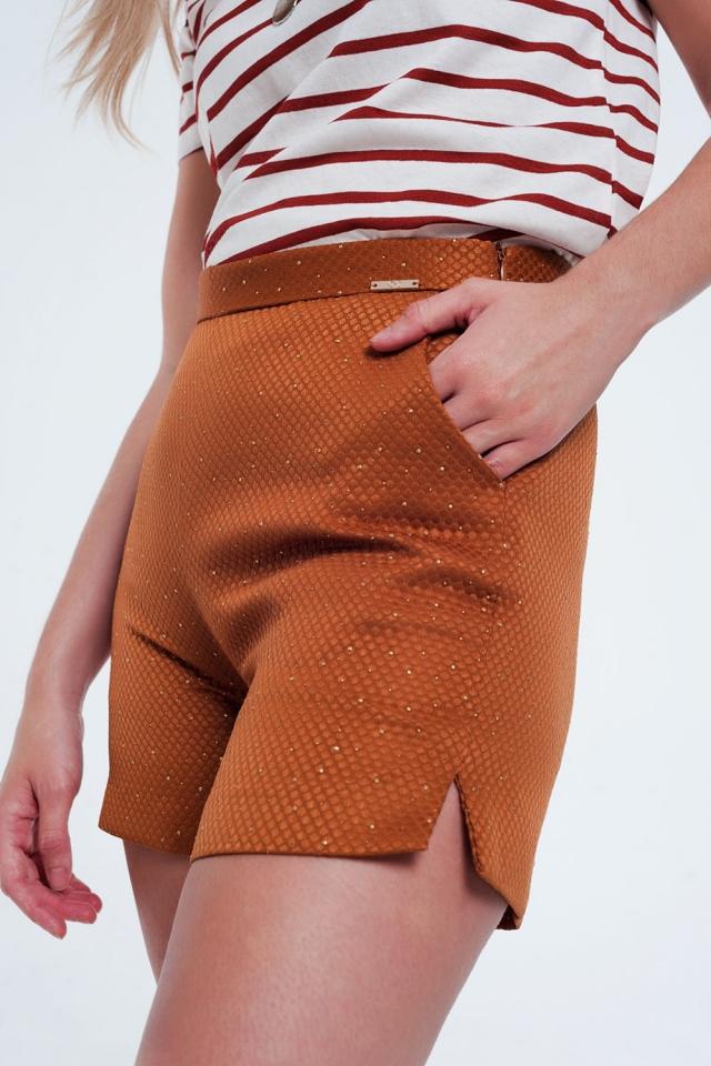 Shorts de cintura alta laranja e ouro com decorações
