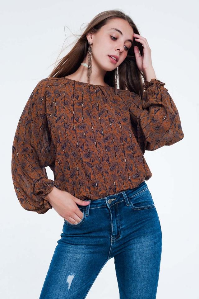 Blusa camelo com mangas compridas com estampado e babados