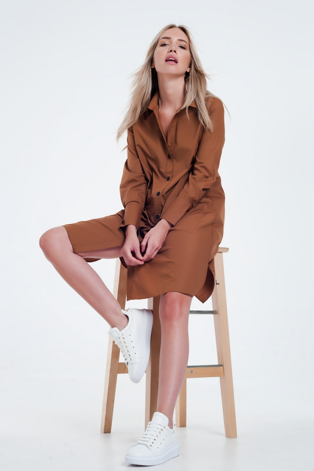Vestido marrom midi com design utilitário com bolsos