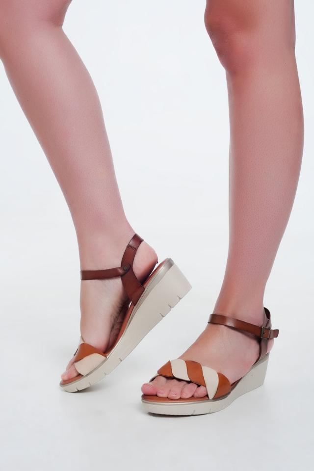 Sandálias de cunha de Cor camelo