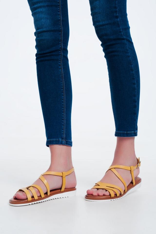 Sandálias amarelas baixas com tiras e correias cruzadas