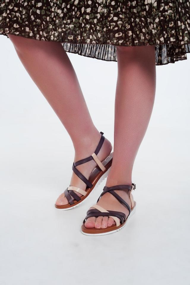 Sandálias marrom baixas com tiras e correias cruzadas