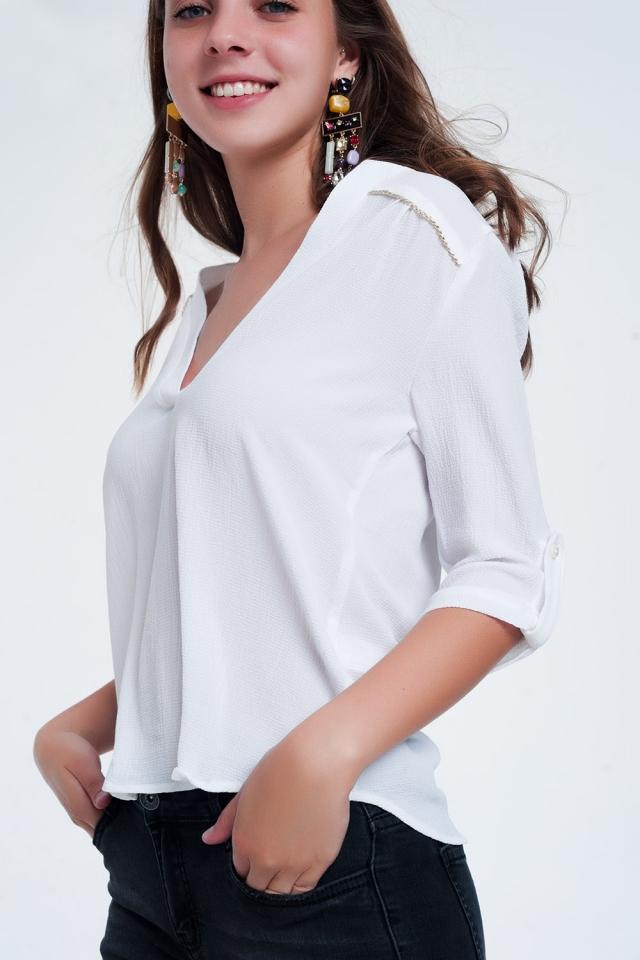 Blusa branca com decorações