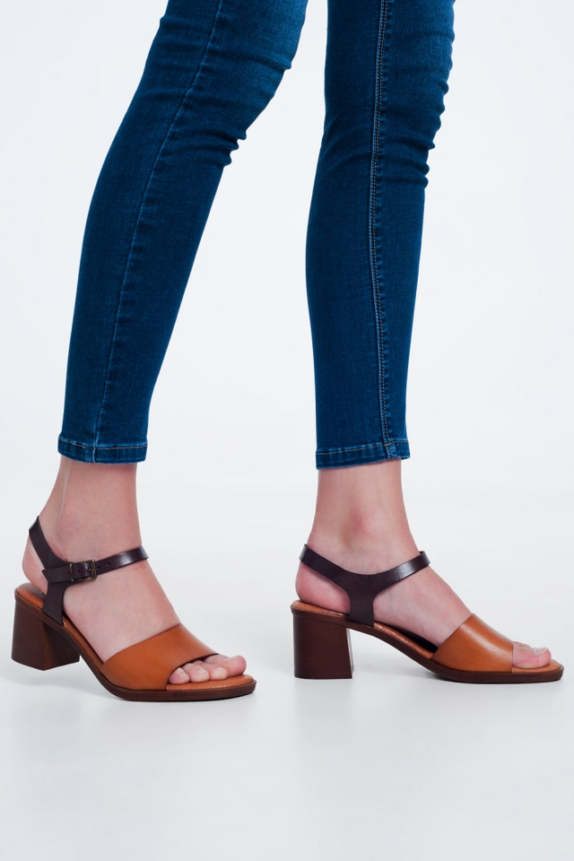 Sandálias de salto quadrado atadas no tornozelo em Camelos