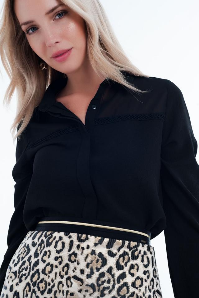 Blusa cor preta com aplicação no peito