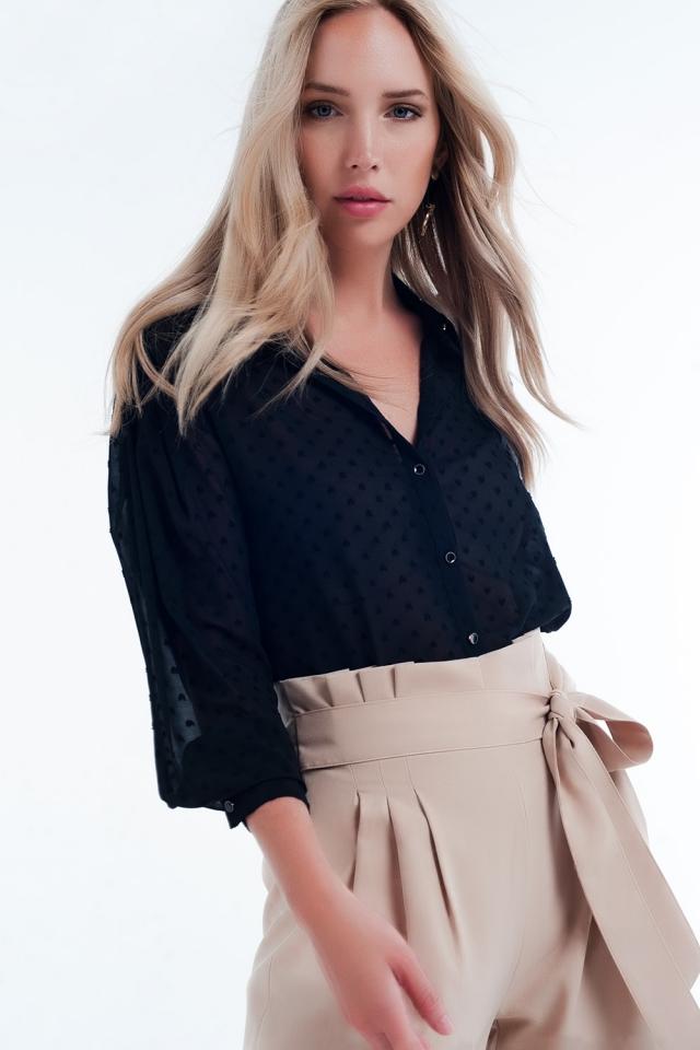 Camisa cor preta confortável e transparente com bolinhas delicadas