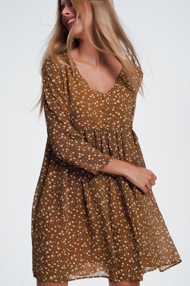 Vestido de estilo babydoll mostarda com estampa floral