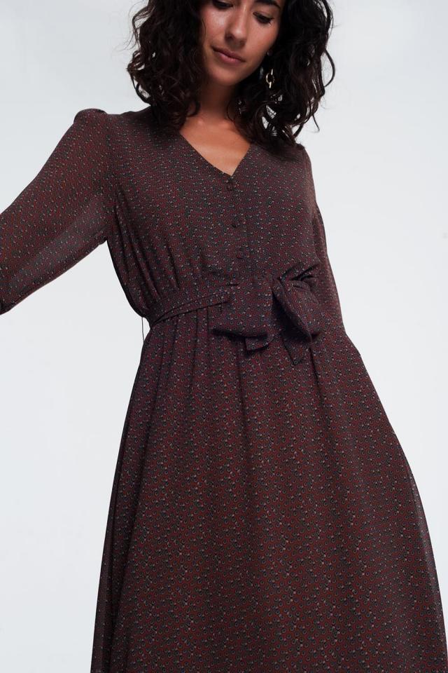 vestido de mangas compridas com botões marrom e cintura