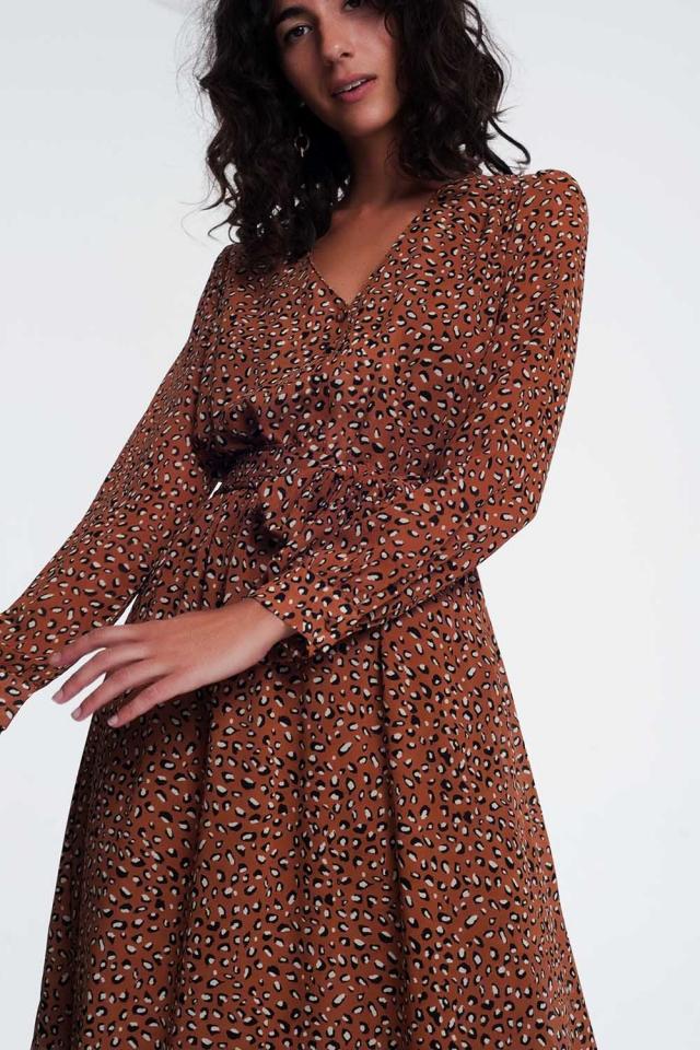 Vestidocom estampa de leopardo e decote em V  em marrom