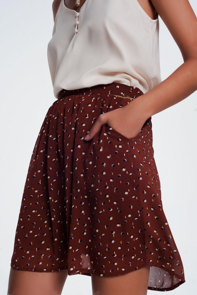 Mini saia marrom com pregas e bolinhas