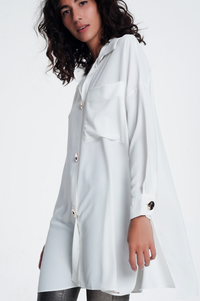 Camisa branca de mangas compridas extragrande com botões