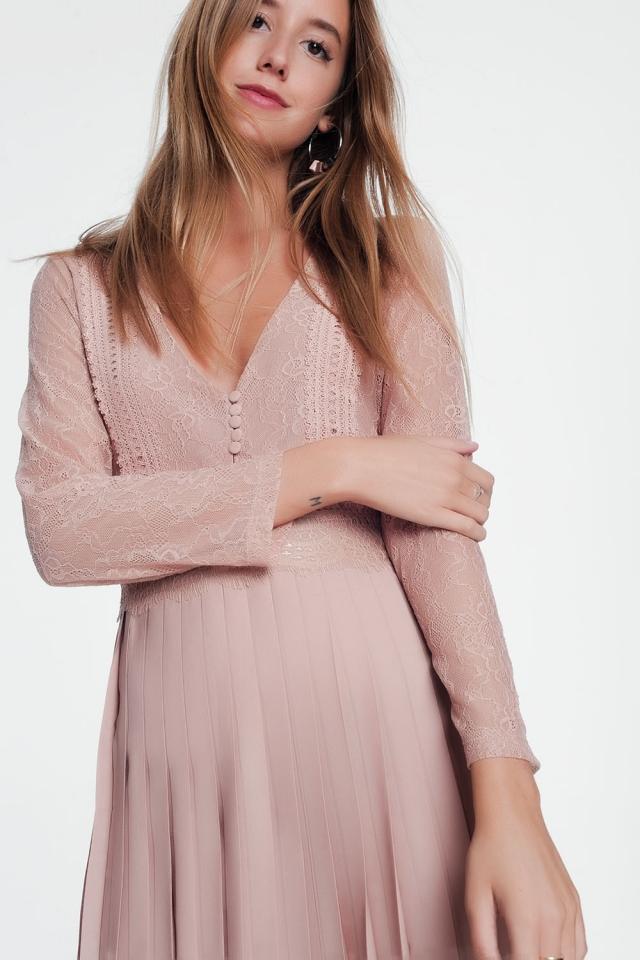 Vestido midi rosa com corpete de renda e manga comprida com saia plissada