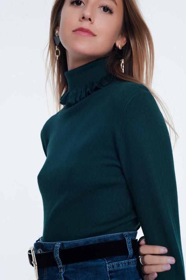 Suéter verde com nervuras com babados no pescoço