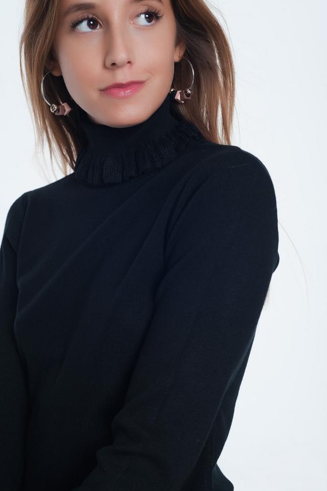 Camisola preta com nervuras com babados no pescoço