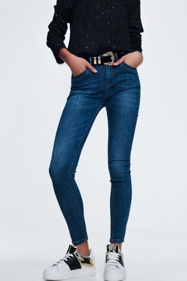 Jeans skinny azuis em lavagem escura no meio