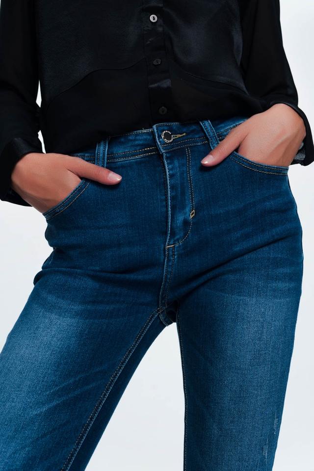 Jeans skinny azuis em lavagem média