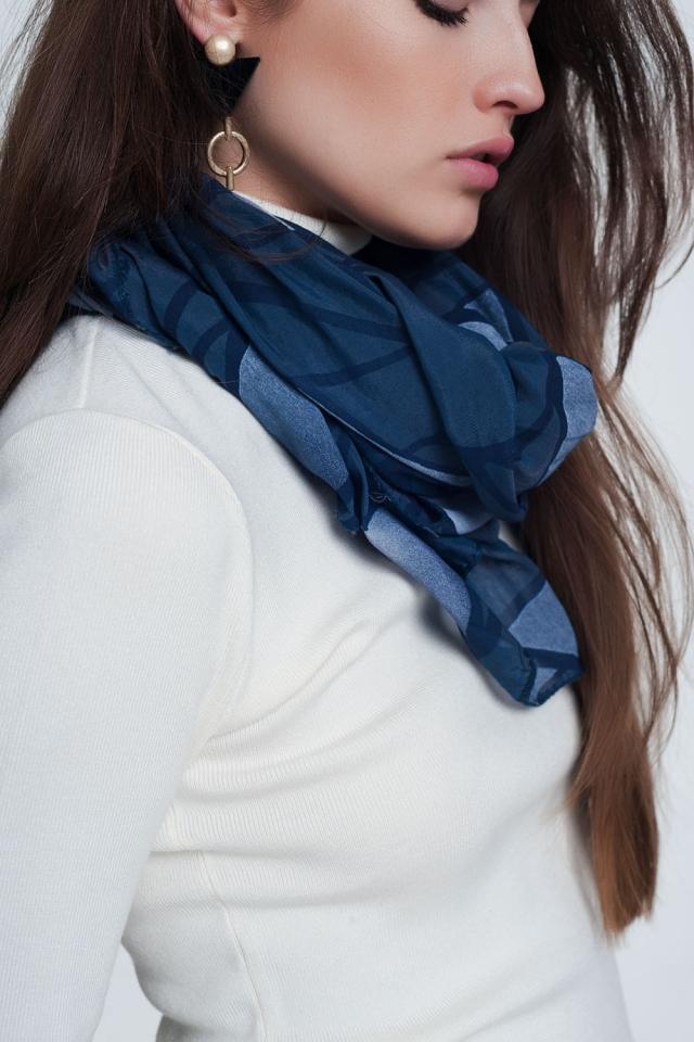 Lenço azul com estampa abstrata