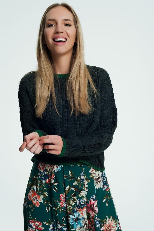 Suéter cinza com listras contrastantes