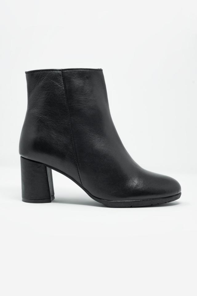 Botins em couro preto com salto médio