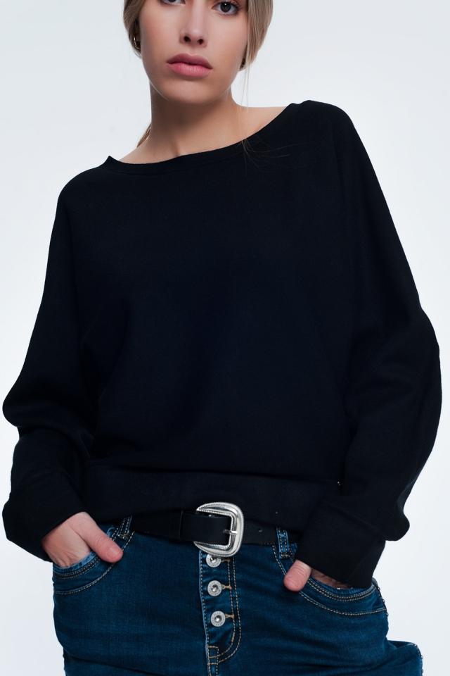 Suéter preto com gola e ombros caídos