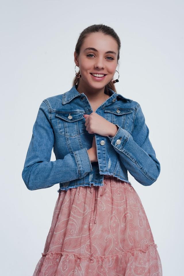 Jaqueta jeans curta com bainha crua