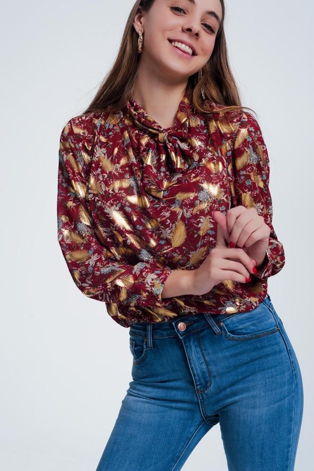 Blusa vermelha com estampa floral e laço