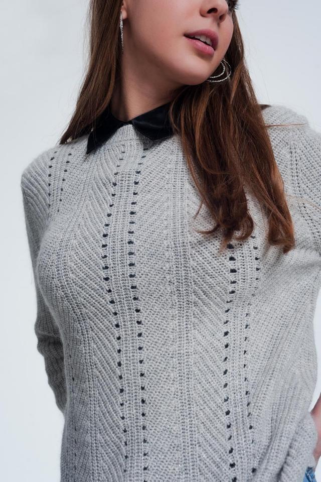 camisola cinzenta com detalhamento perfurada