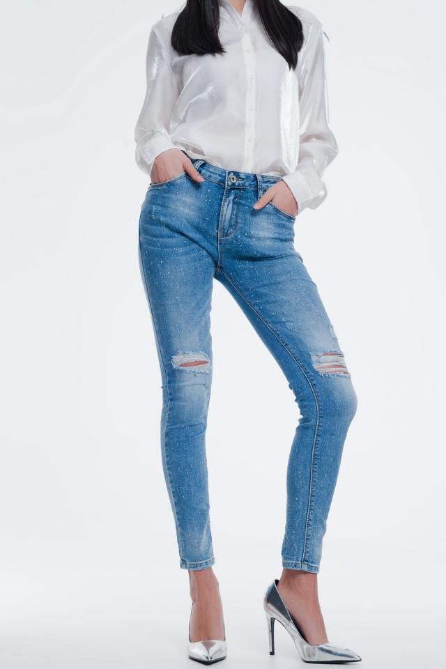 calças de ganga azuis com salpicos de tinta e detalhes com efeitos envelhecidos