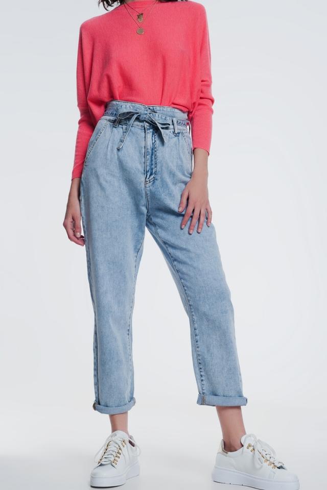 Jeans de corte reto em denim claro com cinto