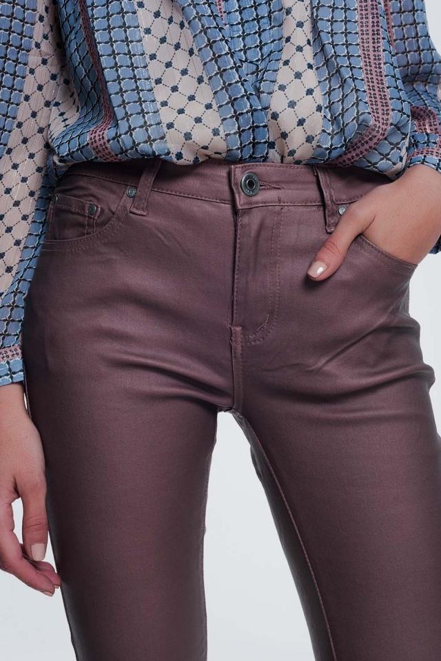 calças revestidas em rosa