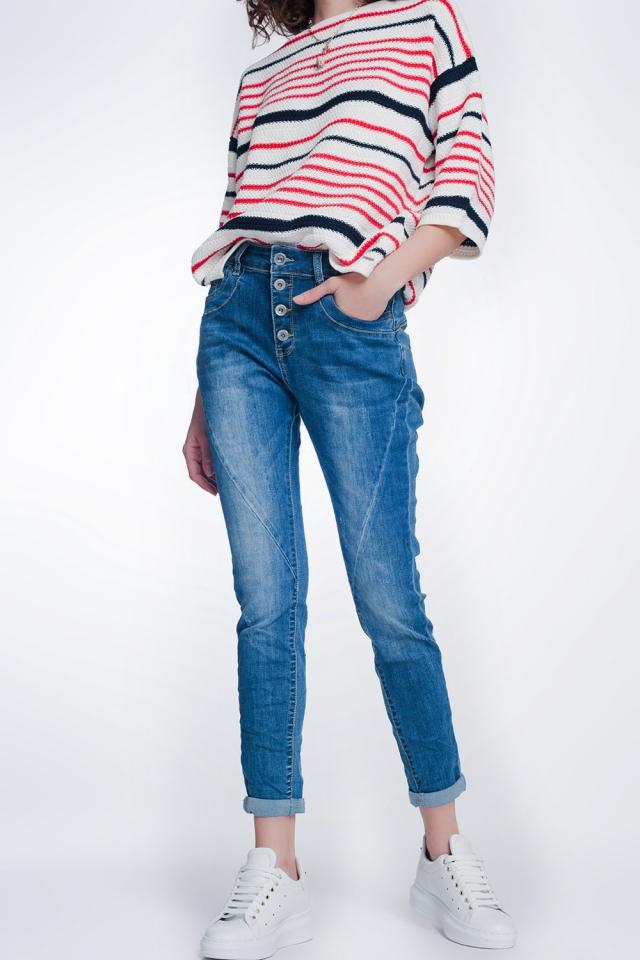 Jeans boyfriend com botões e médios lavados