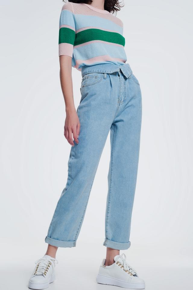 Calças de ganga mom azul médio com pregas na frente e cintura dobrada