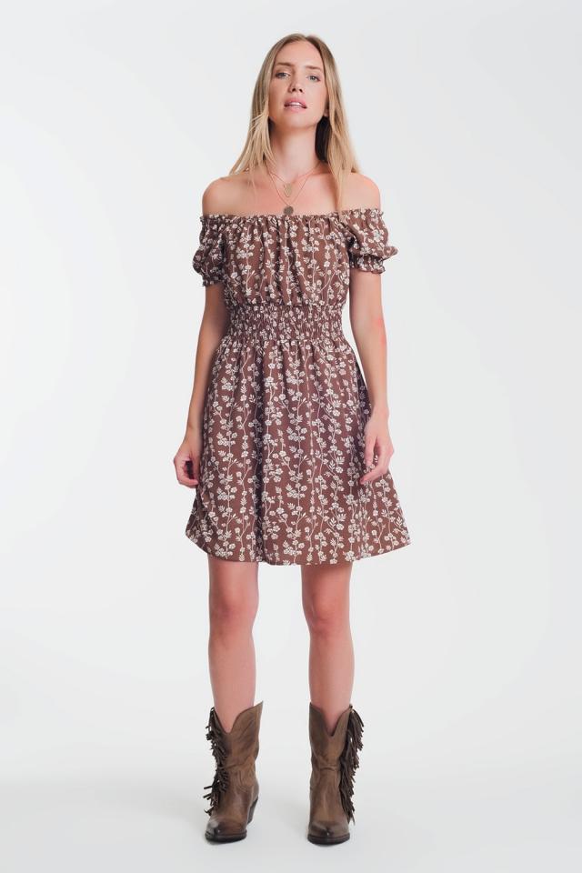 Vestido curto de verão com decote Bardot e estampa floral marrom