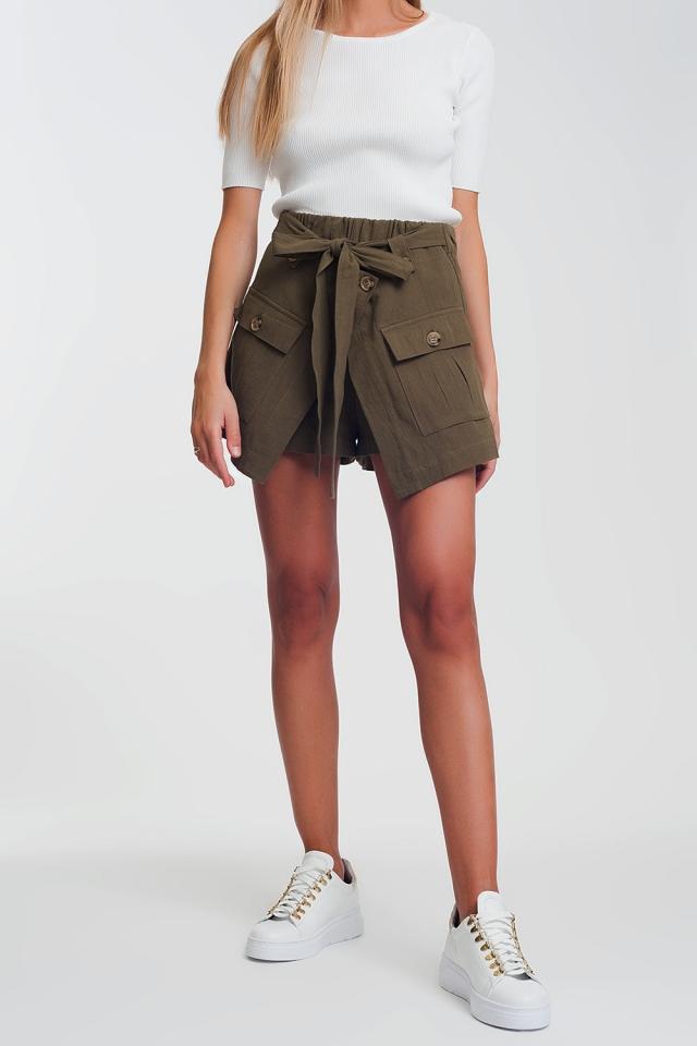 Shorts khaki com bolsos práticos