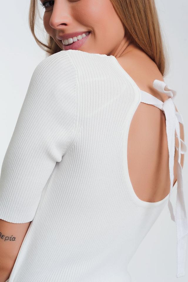 Camisola branca trabalhada com nó nas costas