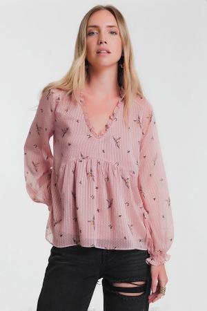 Blusa rosa com mangas compridas e decote com babados