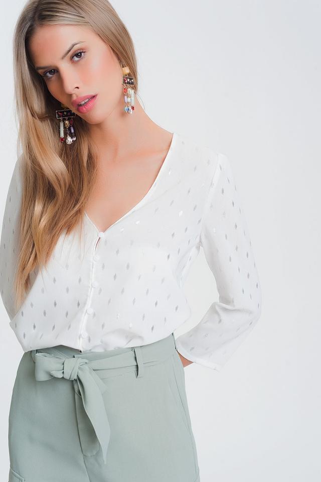 Blusa branca com decote em V e estampado metálico